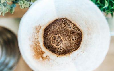 Nu arunca zațul de la cafea! Află care sunt beneficiile lui